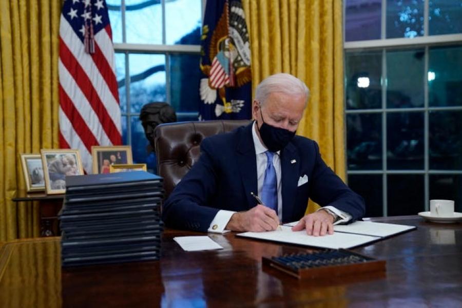 ΗΠΑ: Στην πρώτη του ημέρα ως πρόεδρος, ο Biden εξαΰλωσε 70 χιλ. θέσεις εργασίας