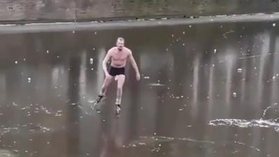 Ολλανδία: Ημίγυμνος άνδρας βυθίστηκε στο νερό κάνοντας πατινάζ στην παγωμένη λίμνη