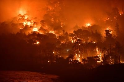 Σε εξέλιξη τα πύρινα μέτωπα σε Κορινθία και Αργολίδα – Μάχη των πυροσβεστών με τις φλόγες