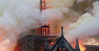 Γαλλία: Άγνωστο τι προκάλεσε την τεράστια πυρκαγιά στη Notre Dame - Συνεχίζονται οι έρευνες