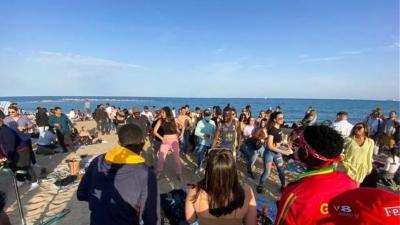 Ισπανία: Ξέφρενο πάρτι στην παραλία της Βαρκελώνης - Γιατί η Καταλονία δεν εφαρμόζει τα μέτρα