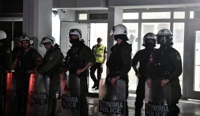Υπό επευφημίες στον ανακριτή οι 7 αστυνομικοί για τη δολοφονία του 18χρονου στο Πέραμα