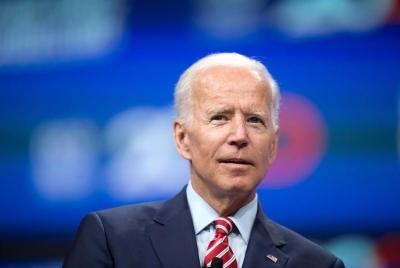 Ο Joe Biden χάνει πολλές φορές τον βηματισμό του
