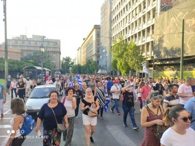 Μεγάλη πορεία αρνητών των εμβολίων στο κέντρο της Αθήνας - «Μητσοτάκη, παραιτήσου»