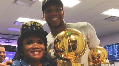 NBA Finals: Ο Γιάννης πανηγυρίζει τον τίτλο με την μητέρα του (video)