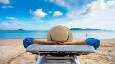 ΟΑΕΔ: Ξεκινά (10/6) η υποβολή αιτήσεων για τις 300.000 επιταγές κοινωνικού τουρισμού