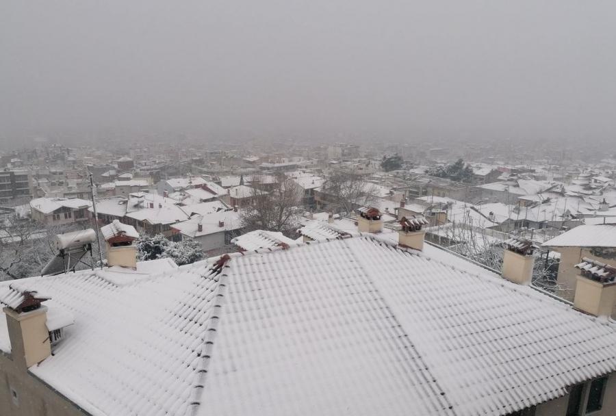 Κακοκαιρία «Λέανδρος»: Χιονόπτωση και κλειστοί δρόμοι στην Αττική – Στο σκοτάδι περιοχές στην Ανατ. Θεσσαλονίκη