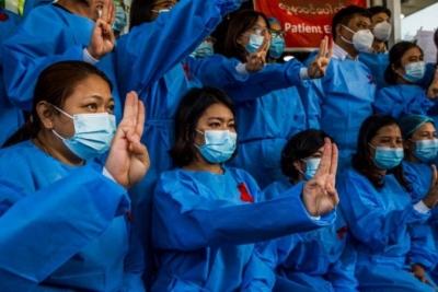 Μιανμάρ: Οι γιατροί απεργούν και με «χαιρετισμό ανυπακοής» αντιδρούν στους πραξικοπηματίες