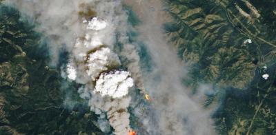 Καναδάς: Θεωρία συνωμοσίας «βλέπει» γιγάντιο λέιζερ από το διάστημα να κρύβεται πίσω από την πυρκαγιά