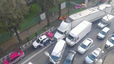 Χάος από οδηγό φορτηγού που άρχισε να παρασέρνει όποιο όχημα έβρισκε μπροστά του