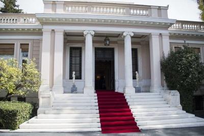 Απάντηση Μαξίμου στις δηλώσεις Μητσοτάκη: Ταυτίζεται με τις θέσεις του ΔΝΤ και χαϊδεύει τους ακροδεξιούς με το Μακεδονικό -  Τι αναφέρουν τα κόμματα