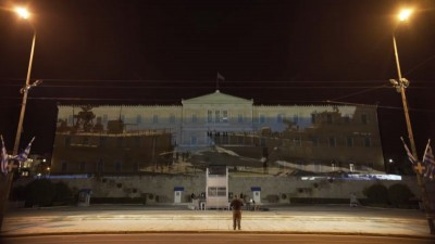 Κόντρα κυβέρνησης – ΣΥΡΙΖΑ με αλληλοκατηγορίες για την προβολή θρησκευτικών και στρατιωτικών συμβόλων στο κτίριο της Βουλής
