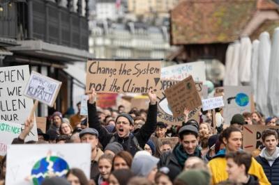 «Ιστορική διαδήλωση» με τουλάχιστον 100.000 άτομα στην Ελβετία για την κλιματική αλλαγή