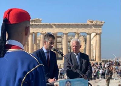 Επετειακή έπαρση της ελληνικής σημαίας στην Ακρόπολη – Μπακογιάννης:Την ιστορία της Αθήνας δεν την έγραψαν οι δρόμοι αλλά οι άνθρωποι της