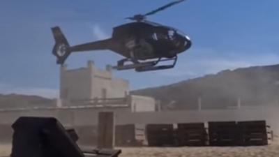 Η προσγείωση του επιχειρηματία με ελικόπτερο σε πλαζ της Μυκόνου