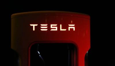 Η παραγωγική αξία της Tesla απέχει 16 αιώνες από την χρηματιστηριακή!