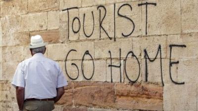 Γιατί οι δημοφιλείς προορισμοί λένε «όχι» στους τουρίστες