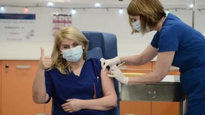 Νέα θεωρία συνωμοσίας για το κόσμημα που φορούσε η νοσηλεύτρια που εμβολιάστηκε κατά του κορωνοϊού