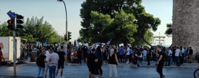 Θεσσαλονίκη - ΔΕΘ: Ένταση και επεισόδια σε συγκέντρωση στο Λευκό Πύργο κατά της υποχρεωτικότητας των εμβολιασμών