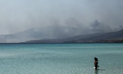Οικονομική καταστροφή προκαλεί η πυρκαγιά στην Ελαφόνησο – Οι επισκέπτες εγκαταλείπουν το νησί