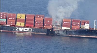 Καναδάς: Τοξικά αέρια εκλύονται από φλεγόμενο πλοίο μεταφοράς εμπορευματοκιβωτίων