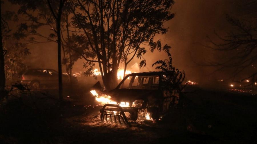 Φωτιά στη Βαρυμπόμπη – Νύχτα τρόμου με τρία πύρινα μέτωπα, πάνω από 300 απεγκλωβισμούς και συνεχείς αναζωπυρώσεις