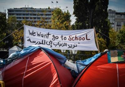 Υπ. Μεταναστευτικής Πολιτική για τους πρόσφυγες στο Σύνταγμα: Συνεχίζεται η προσπάθεια για να πεισθούν να μεταφερθούν