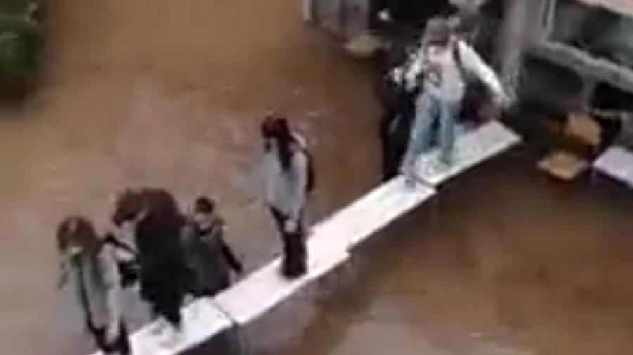 Πλημμύρισε σχολείο στη Νέα Φιλαδέλφεια - Έκαναν αυτοσχέδια γέφυρα από... θρανία οι μαθητές
