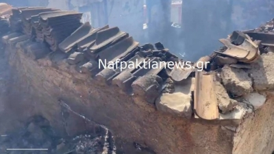 Σε πύρινο κλοιό η Ελαία Φωκίδας: Καίγονται σπίτια  - Μήνυμα από 112 για εκκένωση