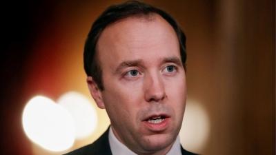 Έντονες πιέσεις στον Johnson να αποπέμψει τον υπουργό Υγείας που παραβίασε  τα υγειονομικά πρωτόκολλα με …ένα φιλί