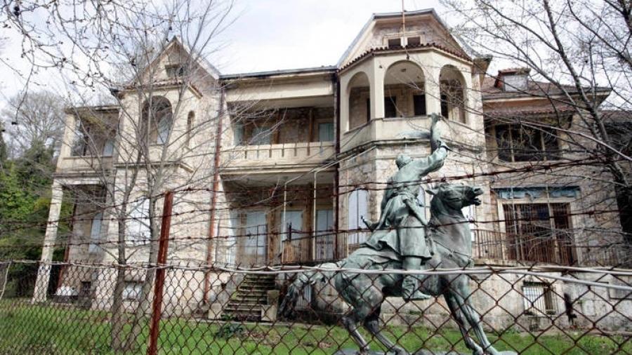 Φωτιά στη Βαρυμπόμπη: Για προληπτικούς λόγους μεταφέρθηκαν αντικείμενα από το πρώην βασιλικό κτήμα στο Τατόι