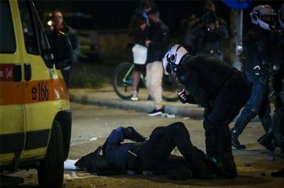 Κακουργηματική δίωξη στους δύο συλληφθέντες για την επίθεση στον αστυνομικό στην Νέα Σμύρνη