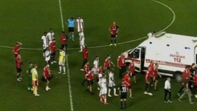 Κατέρρευσε στο γήπεδο ο Φαμπρίς Ν' Σακαλά της Μπεσίκτας – καθησύχασε τον κόσμο με ανάρτησή του από το νοσοκομείο! (video)