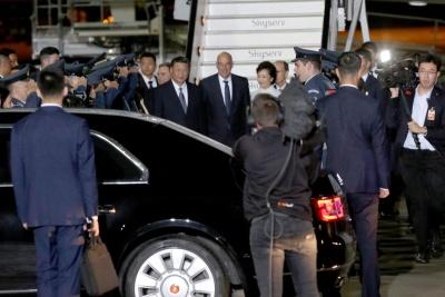 Έφθασε στην Αθήνα ο Πρόεδρος της Κίνας Xi Jinping: Να αναβαθμίσουμε σταθερά την έμπρακτη συνεργασία μας σε όλους τους τομείς
