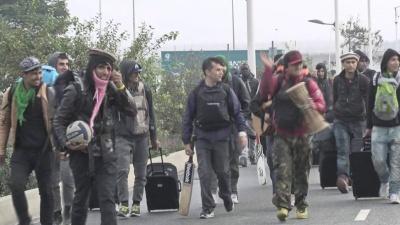 Γαλλία: Οι αρχές μετακινούν τους μετανάστες από τους καταυλισμούς στο Καλαί προς άλλα κέντρα φιλοξενίας