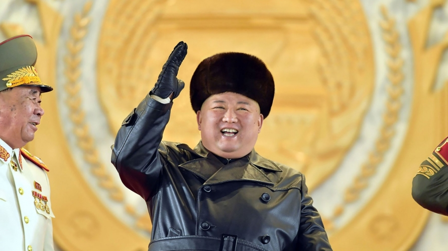 O Kim χαμογελαστός έβγαλε τα πυρηνικά βόλτα στην παρέλαση