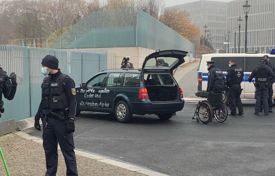 Γερμανία: Αυτοκίνητο προσέκρουσε στην καγκελαρία, μία ανάσα από το γραφείο της Merkel