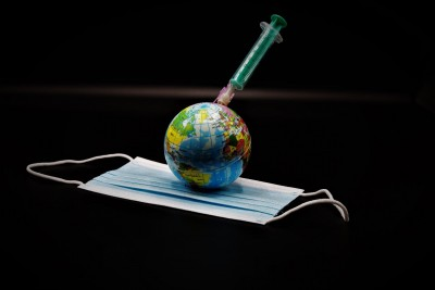 Politico: Γιατί καθυστερούν οι εμβολιασμοί στην Ευρώπη - Πόλεμος στη σκιά του κορωνοϊού