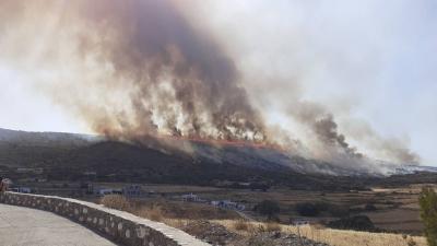 Σε εξέλιξη  μεγάλη φωτιά στην Πάρο – Κοντά σε κατοικίες οι φλόγες