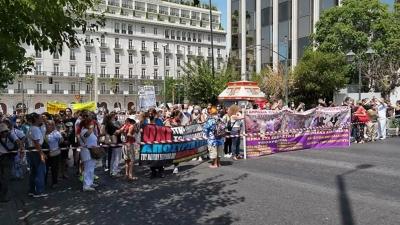 Συγκέντρωση της ΠΟΕΔΗΝ στο κέντρο της Αθήνας: «Όχι στον υποχρεωτικό εμβολιασμό»