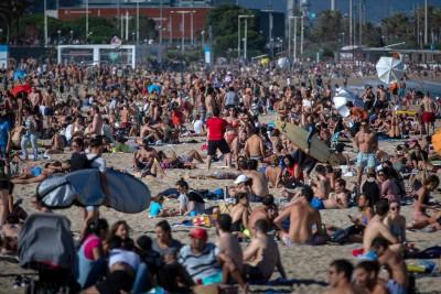 Ισπανία: Αρνούνται να μείνουν σπίτι οι Καταλανοί παρά την αύξηση κρουσμάτων - Γέμισαν τις παραλίες