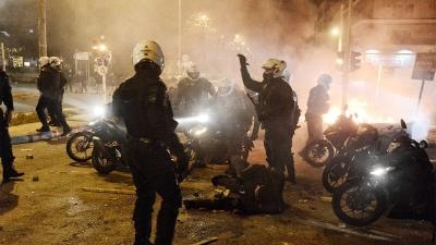 Επεισόδια στη Νέα Σμύρνη: Κουκουλοφόροι πετούν μολότοφ - Τραυματίας αστυνομικός