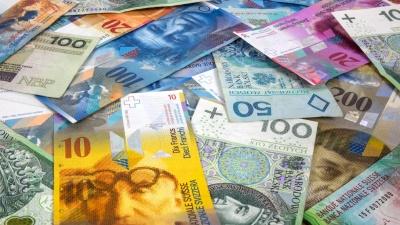 Τα hedge funds μειώνουν τις short θέσεις στο δολάριο και τις αυξάνουν στο ελβετικό φράγκο