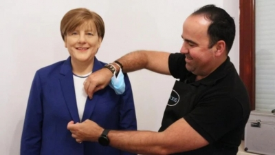 Έλληνας εστιάτορας στη Γερμανία έδωσε 10.000 ευρώ για κέρινο ομοίωμα της Merkel