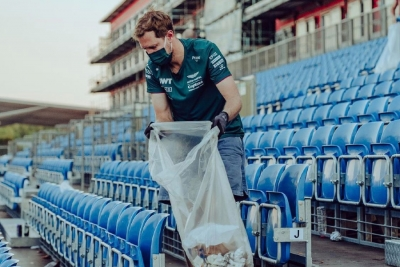 Grand Prix Μεγάλης Βρετανίας: Αξιέπαινη κίνηση από Φέτελ – Βοήθησε τους φιλάθλους να μαζέψουν τα σκουπίδια! (video)