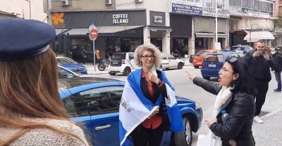 Με σημαίες και τον... εθνικό ύμνο υποδέχτηκαν τη μητέρα που συνελήφθη για την άρνηση στα self tests