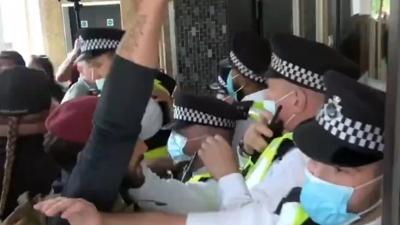Αντιεμβολιαστές προσπάθησαν να εισβάλουν στο BBC - Διαδήλωση κατά των εμβολίων στα παιδιά και των πιστοποιητικών
