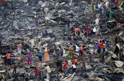 Μπανγκλαντές: Άστεγοι τουλάχιστον 10.000 άνθρωποι μετά από πυρκαγιά σε παραγκούπολη