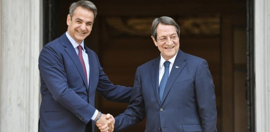 Συνάντηση Μητσοτάκη – Αναστασιάδη στο Μαξίμου ενόψει της Διάσκεψης για το Κυπριακό – Παρών και ο Δένδιας
