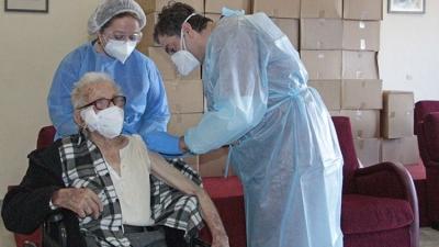 Χανιά: Ο κ. Αντώνης 106 ετών, ο πρώτος που εμβολιάσθηκε στο δημοτικό γηροκομείο